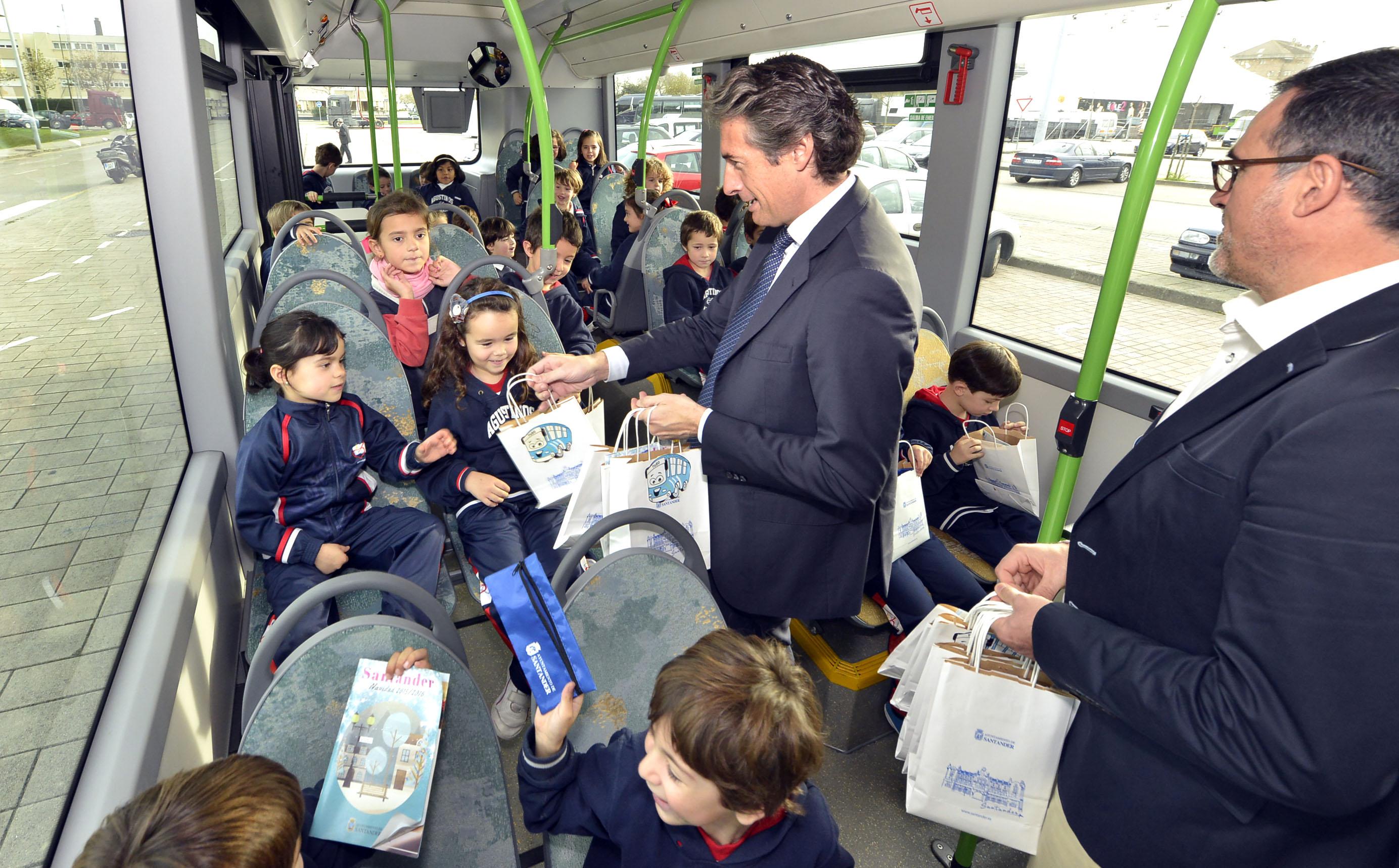 Los niños santanderinos de entre 4 y 6 años viajarán gratis en los autobuses municipales desde el 1 de enero con la tarjeta PEQUETUS