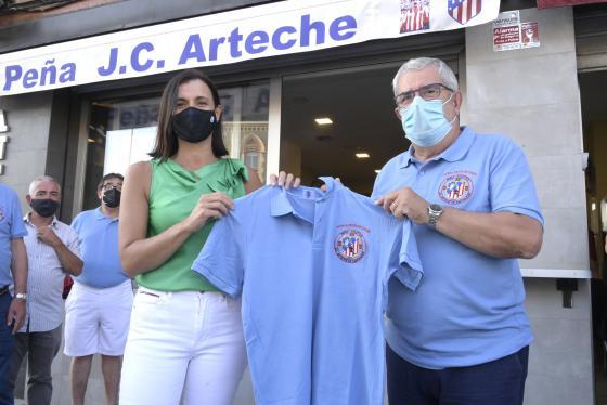 La alcaldesa destaca la aportación del exfutbolista Juan Carlos Arteche al deporte cántabro