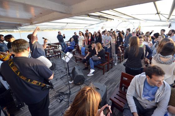 La Noche es Joven ofrece este sábado paseos en barco amenizados con música y humor
