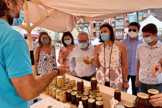La alcaldesa visita mercado de Tetuán y pone en valor a los productores cántabros