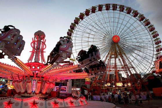 Un centenar de atracciones, juegos y puestos de gastronomía, en el recinto ferial del Sardinero