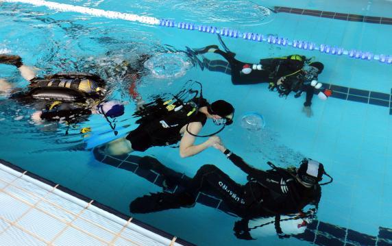 Santander pone en marcha un proyecto de bautismos de buceo para personas con discapacidad - Piscina municipal santander ...