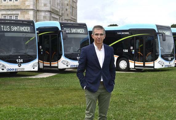 cesar_diaz_con_nuevos_autobuses_hibridos_3.jpg