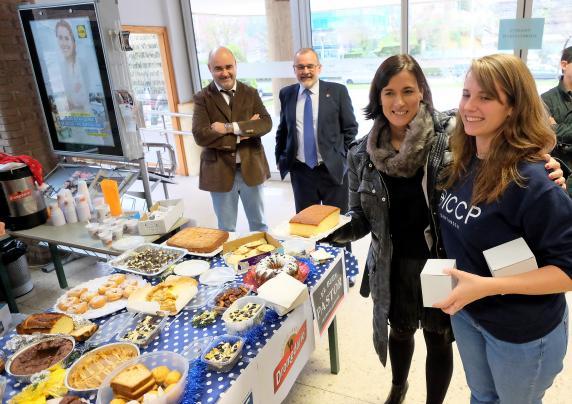 La alcaldesa participa en el desayuno solidario de los - Cocina economica santander ...